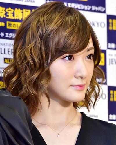 生駒里奈 最近 可愛い 髪型 茶髪